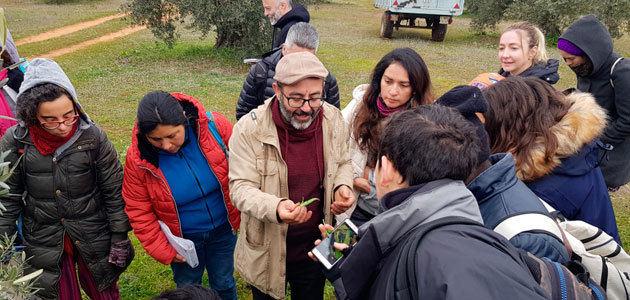 Los alumnos del XIV Máster Oficial en Agroecología de la UNIA visitan un olivar y una almazara ecológica